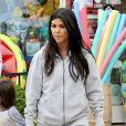 Kourtney Kardashian, enceinte, fait du shopping dans les Hamptons. Southampton, le 10 juin 2014.