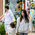 Kourtney Kardashian, Scott Disick et leur fils Mason quittent la boutique Sunrise to Sunset, dans les Hamptons. Southampton, le 10 juin 2014.