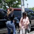 Khloé et Kourtney Kardashian font quelques courses dans les Hamptons. Le 2 juin 2014.