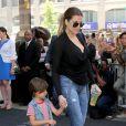Khloé Kardashian et son neveu Mason Disick quittent l'hôtel Trump SoHo à New York, le 2 juin 2014.