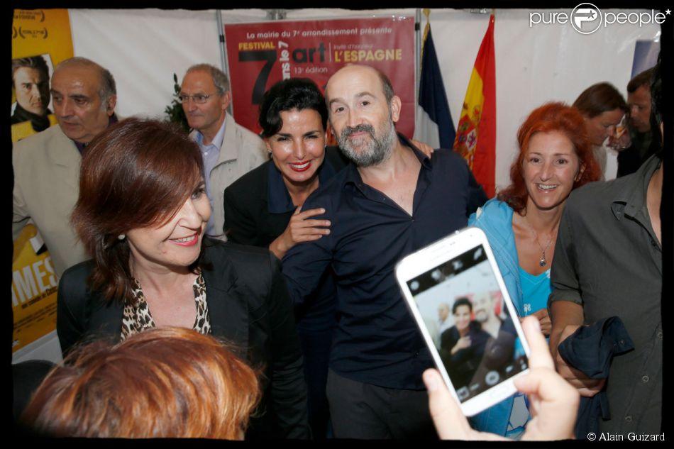 Rachida Dati pose avec l'acteur Javier Cámara - Soirée d'ouverture du 13e Festival Le 7e art dans le 7e dans la cour du lycée Victor Duruy, rue de Babylone à Paris, le 10 juin 2014.