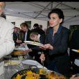 Rachida Dati sert la paella - Soirée d'ouverture du 13e Festival Le 7e art dans le 7e dans lacourdu lycée Victor Duruy, rue de Babylone à Paris, le 10 juin 2014.