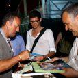 Bruce Springsteen signant des autographes au Stade des Hespérides le 12 juin 2014, au premier soir du Jumping international de Cannes, où il se trouvait pour encourager leur fille Jessica Springsteen. Hélas, la jeune cavalière de 21 ans n'a pas joué les premiers rôles.