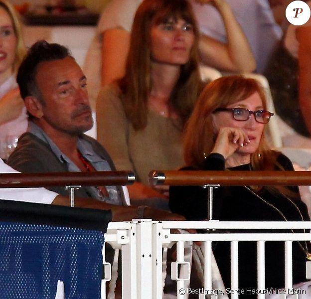 Bruce Springsteen et sa femme Patti Scialfa (derrière eux, Marina Hands) dans les tribunes du Stade des Hespérides le 12 juin 2014, au premier soir du Jumping international de Cannes, encourageant leur fille Jessica Springsteen. Hélas, la jeune cavalière de 21 ans n'a pas joué les premiers rôles.