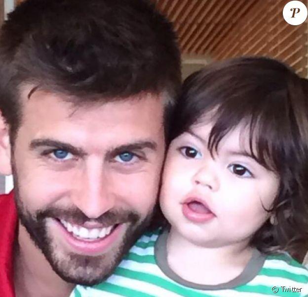 Shakira félicite Gerard Piqué sur Twitter avec une photo de son amoureux et de leur fils Milan le 15 juin 2014.