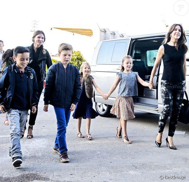 La princesse Mary de Danemark arrive au concert de One Direction au Parken Stadium de Copenhague le 16 juin 2014, avec son fils le prince Henrik et sa fille la princesse Isabella accompagnés de petits camarades.