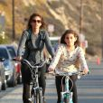 Cindy Crawford et Kaia en vélo à Malibu, Los Angeles, le 4 novembre 2013.