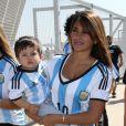 Antonella Roccuzzo, la compagne de Lionel Messi, avec leur fils Thiago pour assister au match Argentine-Iran le 21 juin 2014 à Belo Horizonte au Brésil.