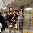 Antonella Roccuzzo, la compagne de Lionel Messi, rentre en Argentine avec leur fils Thiago après avoir rendu visite à son amoureux à Belo Horizonte au Brésil, le 22 juin 2014.