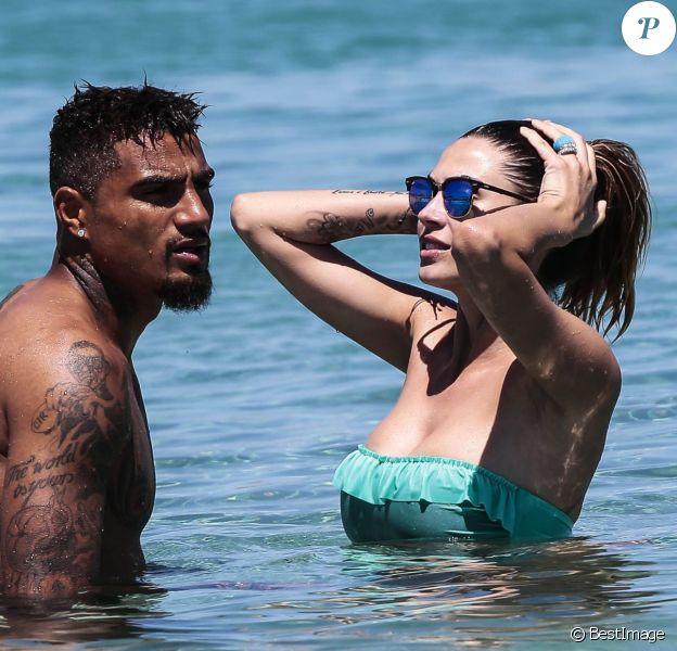 Le joueur de football Kevin-Prince Boateng et sa compagne Melissa Satta en vacances en Sardaigne le 5 juillet 2014.