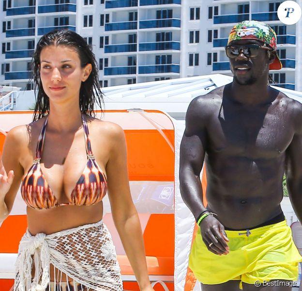 Le footballeur français Bacary Sagna, fait du jet-ski avec sa femme Ludivine à Miami, le 19 juillet 2014