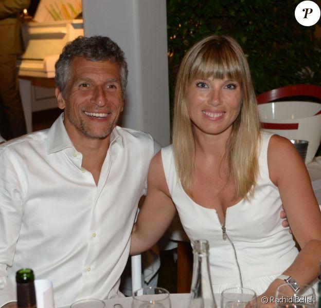 Nagui et sa compagne Mélanie Page lors de la 19e Soirée Blanche, le 14 juillet 2014 aux Moulins de Ramatuelle.