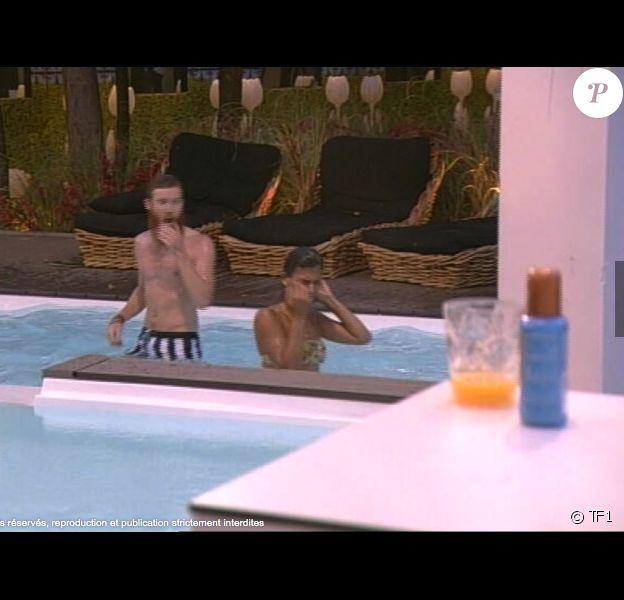 Jessica et Geoffrey toujours plus proches, dans la piscine, le 24 juillet 2014.