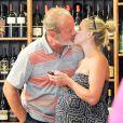 Kelsey Grammer et son épouse, enceinte, Kayte, lors d'une session shopping au Cheese Store à Beverly Hills, le 11 juillet 2014, quelques jours avant la naissance de leur bébé Gabriel