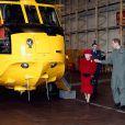 Le prince William faisant visiter en avril 2011 à sa grand-mère la reine Elizabeth II la base de RAF Valley et son hélicoptère Sea King, où il officia trois ans jusqu'en septembre 2013