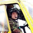 Le prince William à la base de RAF Valley sur l'île d'Anglesey au printemps 2011. Pendant trois ans, le duc de Cambridge a effectué aux commandes d'un hélicoptère Sea King des missions de recherche et de sauvetage pour l'armée. Le 7 août 2014, il annonce qu'il va devenir ambulancier de l'air pour l'EAAA.