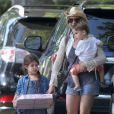Exclusif - Sarah Michelle Gellar et ses enfants se rendent à une fête d'anniversaire sur le thème des cow-boys à Sherman Oaks, le 9 août 2014.