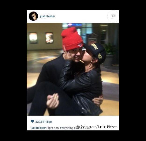 Justin Bieber a posté cette photo de lui et Selena Gomeaz sur Instagram avant de la supprimer. Août 2014.