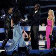 Katy Perry et Juicy J reçoivent leur VMA du meilleur clip féminin pour Dark Horse des mains de Snoop Dogg et Gwen Stefani. Inglewood, le 24 août 2014.