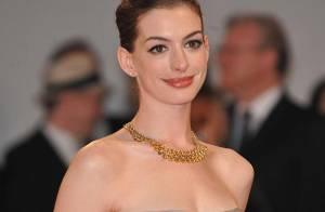 REPORTAGE PHOTOS : Anne Hathaway illumine la Mostra... quelle robe et quelles gambettes !