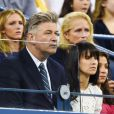 Alec Baldwin et son épouse Hilaria lors de la victoire de Maria Sharapova sur Maria Kirlenko au premier tour de l'US Open à l'USTA Billie Jean King National Tennis Center de New York le 26 août 2014