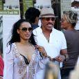 Lionel Richie et sa belle et jeune compagne dans les rues de Saint-Tropez, le 27 août 2014