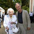 """Gisèle Casadesus, célébrant ses 100 ans, et son fils Jean-Claude, chef d'orchestre lors de la 19e édition de """"La Forêt des livres"""" à Chanceaux-près-Loches, le 31 août 2014."""