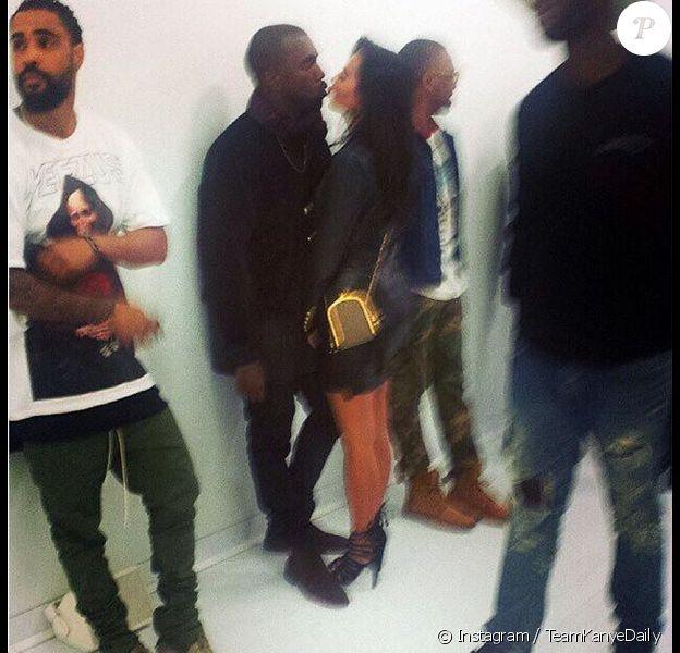 Kanye West et Kim Kardashian s'embrassent au Yeezus Tour pop-up store à Melbourne. Le 9 septembre 2014.