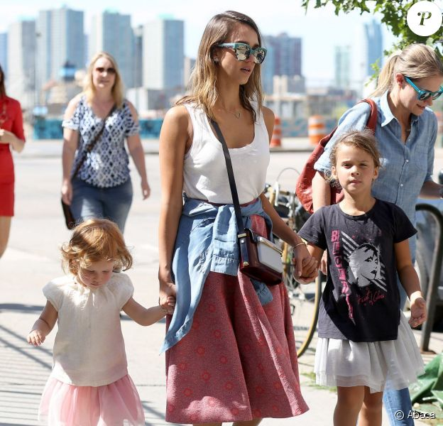 Jessica Alba, ses filles Honor et Haven et des amies se promènent à New York, le 12 septembre 2014.