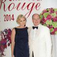 Charlene de Monaco, enceinte, et son mari le prince Albert II lors du 66e Gala de la Croix Rouge au Sporting de Monte-Carlo le 1er août 2014 (Photo : Palais Princier-Pierre Villard/SBM)