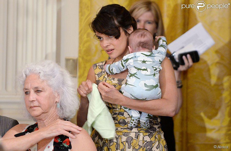 Norah Jones avec son fils alors âgé de 3 mois lors d'un événement en marge de la Fête des mères à la Maison-Blanche, le 12 mai 2014.
