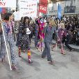 """Défilé """"Chanel"""" collection prêt-à-porter printemps-été 2015 lors de la fashion week au Grand Palais à Paris le 30 septembre 2014. Le défilé Chanel était placé sous le signe de la manifestation. Le mot d'ordre ? """"Faites la mode, pas la guerre""""."""