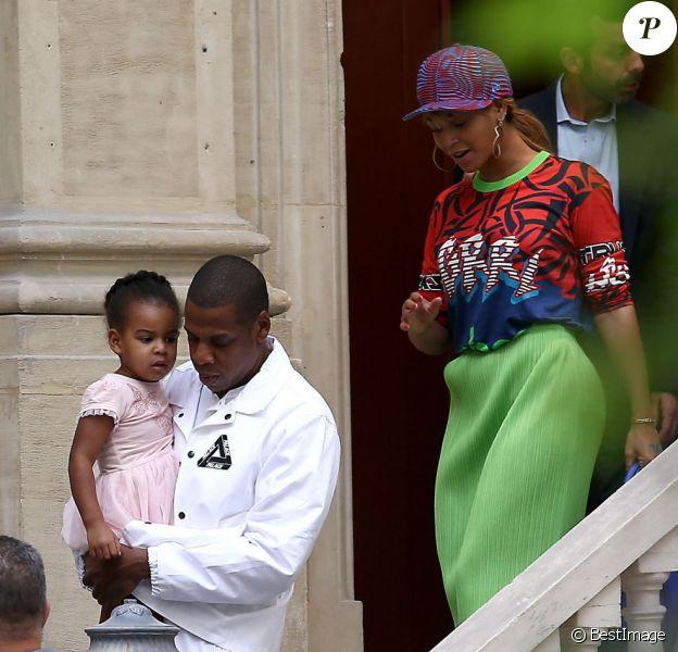Jay Z, Beyoncé et leur fille Blue Ivy visitent un hôtel particulier près de l'Élysée à Paris le 2 octobre 2014.