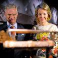 La reine Mathilde de Belgique, dans une robe Dries Van Noten, visitait le 24 septembre avec son mari le roi Philippe au Musée Aan de Stroom d'Anvers l'exposition  Lieux sacrés, livres sacrés , qui porte sur l'histoire des religions et les grands lieux de pèlerinage.