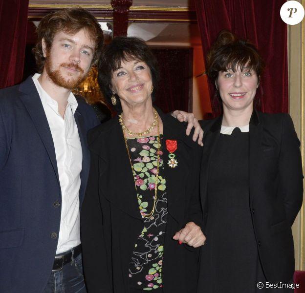 Anny Duperey décorée, son fils Gaël Giraudeau et sa compagne Anne Auffret - Elle a reçu la médaille d'Officier de la Légion d'Honneur au théâtre du Palais Royal à Paris le 6 octobre 2014