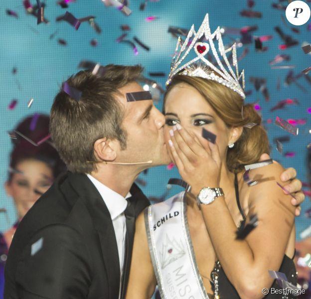 Le prince Emmanuel-Philibert de Savoie remet la couronne à la grande gagnante Laetitia Guarino lors de l'élection de Miss Suisse 2014 à Berne, le 11 octobre 2014
