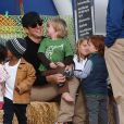 "Will Arnett et ses fils Archibald et Abel à la ferme aux citrouilles ""Mr Bones Pumpkin Patch "" à West Hollywood le 28 octobre 2013"