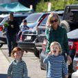 Amy Poehler avec ses fils Archie et Abel au Beverly Hills Farmers Market de Los Angeles, le 24 novembre 2013
