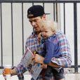 Josh Duhamel et son bébé Axl dans les rues de Brentwood, le 15 octobre 2014.