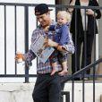 Josh Duhamel et son bébé Axl dans les rues de Los Angeles, le 15 octobre 2014.