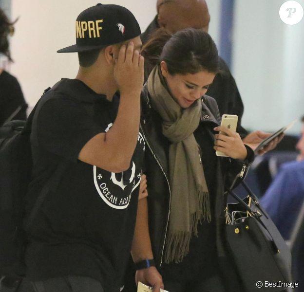 Exclusif - Orlando Bloom et Selena Gomez quittent l'aéroport de LAX à Los Angeles, le 20 octobre 2014.