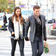 Matthew Morrison et sa compagne Renee Puente dans les rues de New York, le 17 octobre 2012.