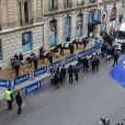 Foule d'auditeurs, avenue François Ier à Paris, à l'occasion du défilé organisé pour les 10 ans d'antenne de Nicolas Canteloup, le vendredi 24 octobre 2014.