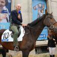 Nicolas Canteloup à cheval, avenue François Ier à Paris, à l'occasion du défilé organisé pour les 10 ans d'antenne de Nicolas Canteloup, le vendredi 24 octobre 2014.