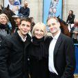 Thomas Sotto, Julie et Fabien Namias, avenue François Ier à Paris, à l'occasion du défilé organisé pour les 10 ans d'antenne de Nicolas Canteloup, le vendredi 24 octobre 2014.