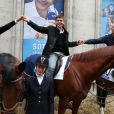 Julie, Thomas Sotto et Nicolas Canteloup, avenue François Ier à Paris, à l'occasion du défilé organisé pour les 10 ans d'antenne de Nicolas Canteloup, le vendredi 24 octobre 2014.