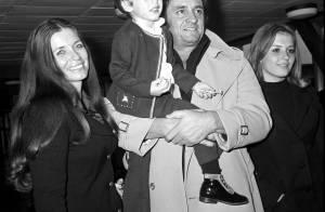 Johnny Cash : Ivre, son fils se déshabille dans un aéroport...