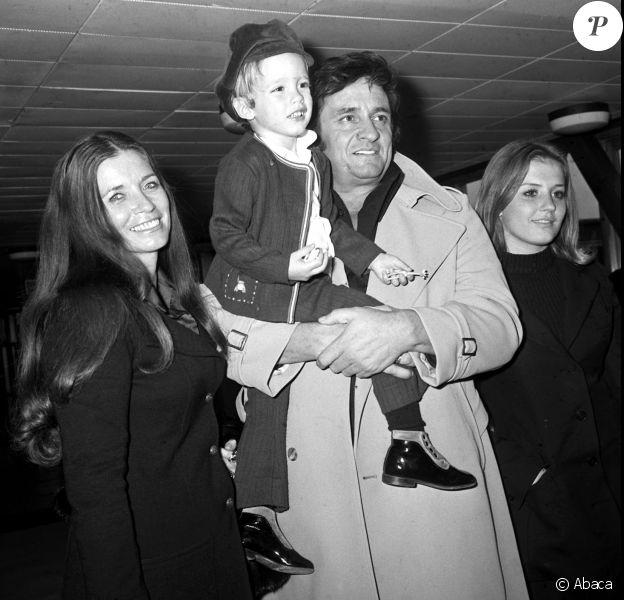 Johnny Cash à l'aéroport de Londres avec son fils John et son épouse June Carter et sa belle-fille Rosie Rosie le 24 septembre 1972