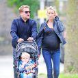 James Corden, son épouse Julia enceinte et leur fils Max à Londres, le 1er septembre 2014
