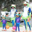 Alyson Hannigan, son mari Alexis Denisof et leurs filles, Satyana et Keeva, tous déguisés en grenouilles pour Halloween 2014